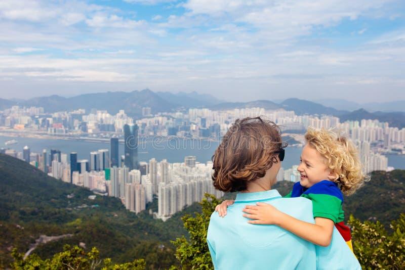 Familj som fotvandrar i Hong Kong berg royaltyfri bild