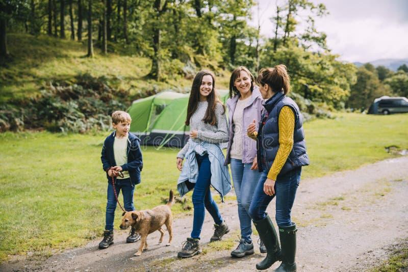 Familj som fotvandrar med hunden royaltyfri foto