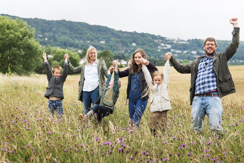 Familj som går begrepp för fältnatursamhörighetskänsla arkivbild