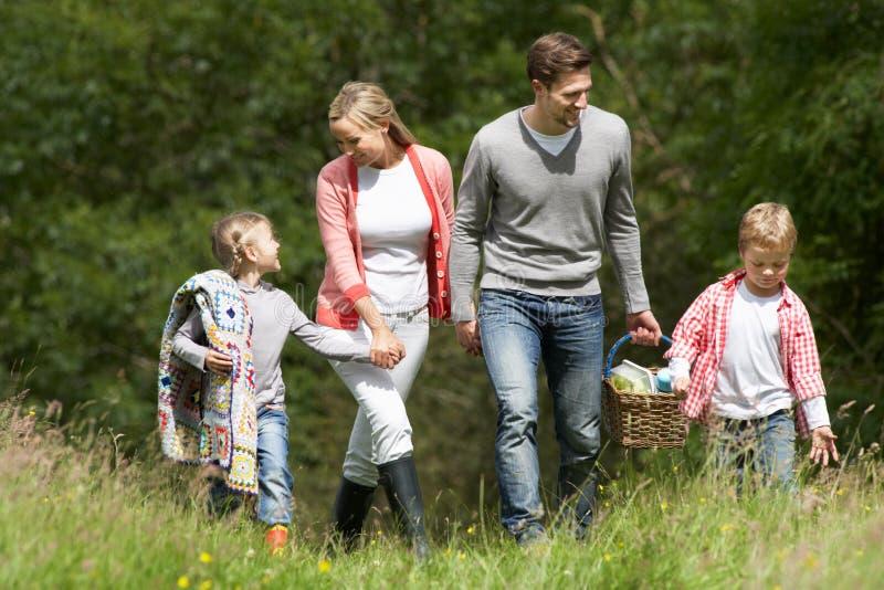 Familj som går på picknick i bygd royaltyfria bilder