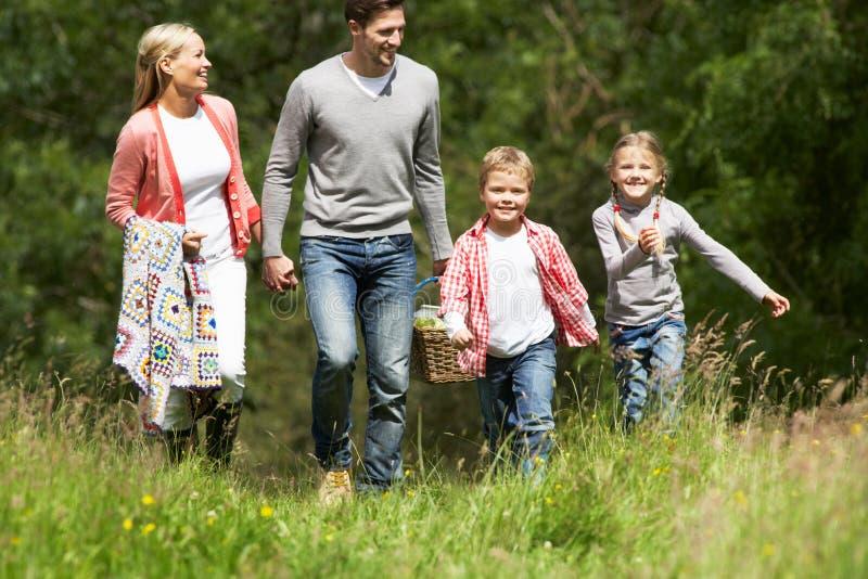 Familj som går på picknick i bygd arkivbilder