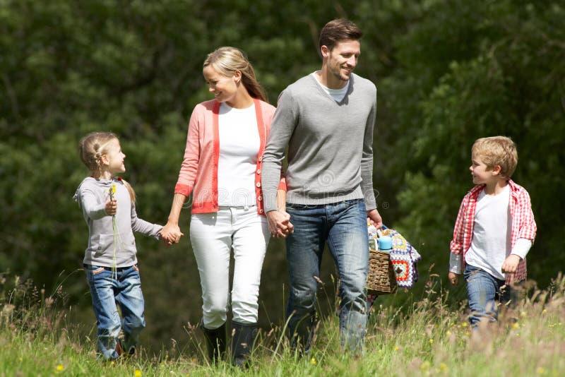 Familj som går på picknick i bygd royaltyfri foto