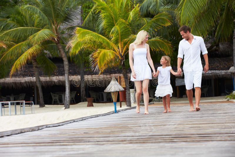 Familj som går på träbryggan royaltyfri foto