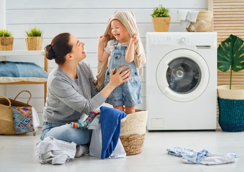 Familj som gör tvätterit royaltyfri fotografi