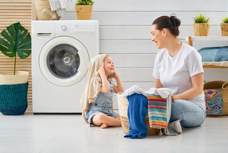 Familj som gör tvätterit royaltyfri bild