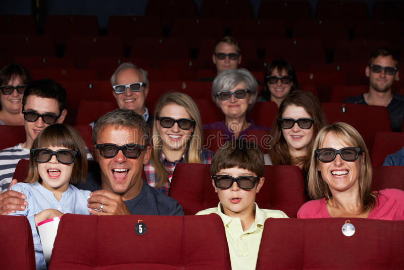 Familj som håller ögonen på filmen 3D i bio arkivbilder