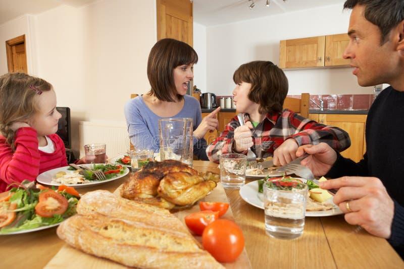 Familj som har argumentstund äta lunch royaltyfri foto