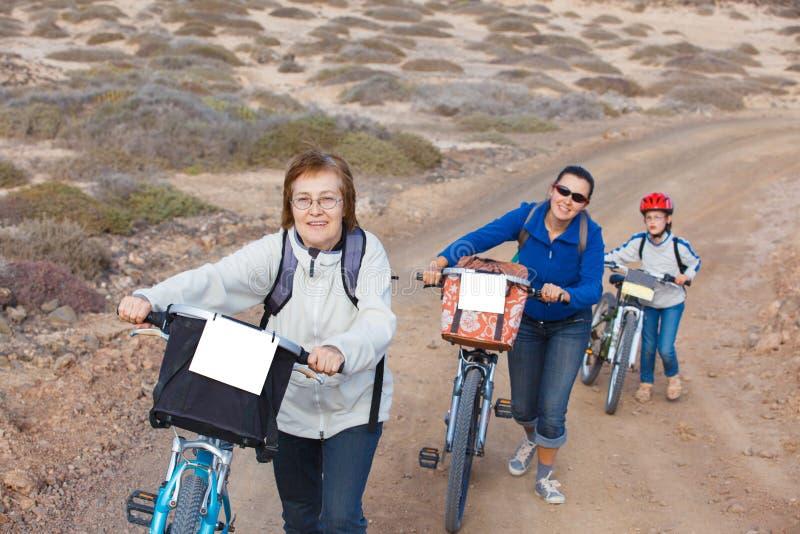Familj som har en utfärd på deras cyklar arkivbilder