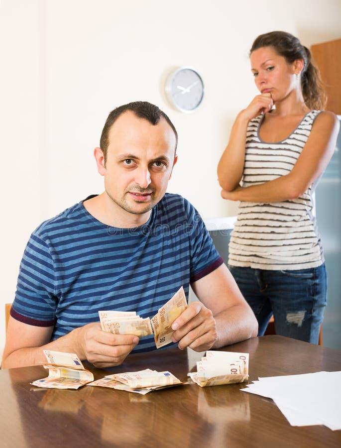 Familj som har finacial problem och skulder arkivbild