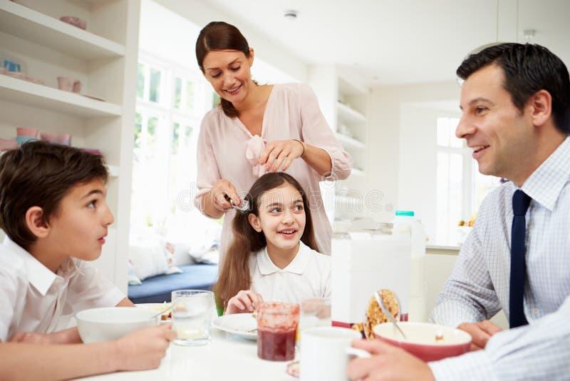 Familj som har frukosten för arbete royaltyfri foto