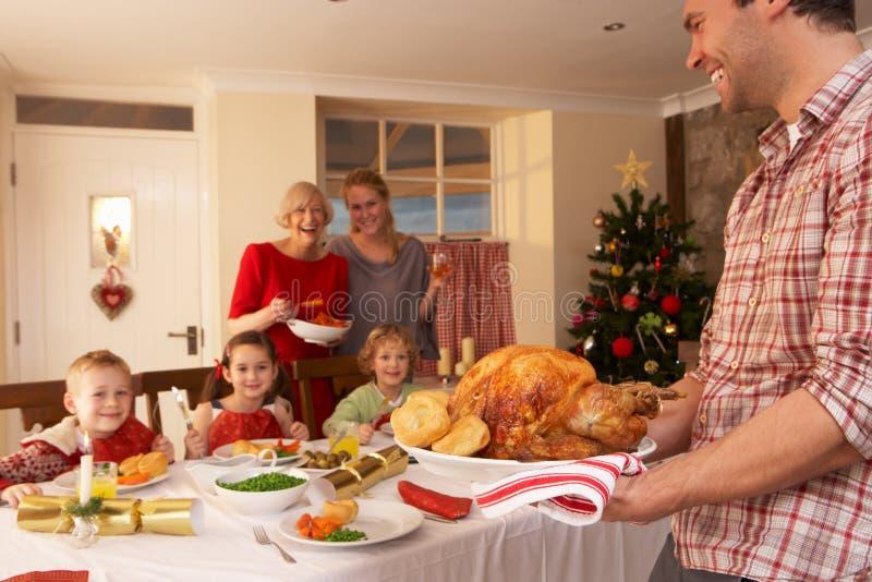Familj som har julmatställe royaltyfri foto