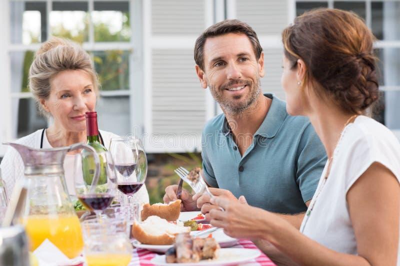 Familj som har lunch royaltyfri bild
