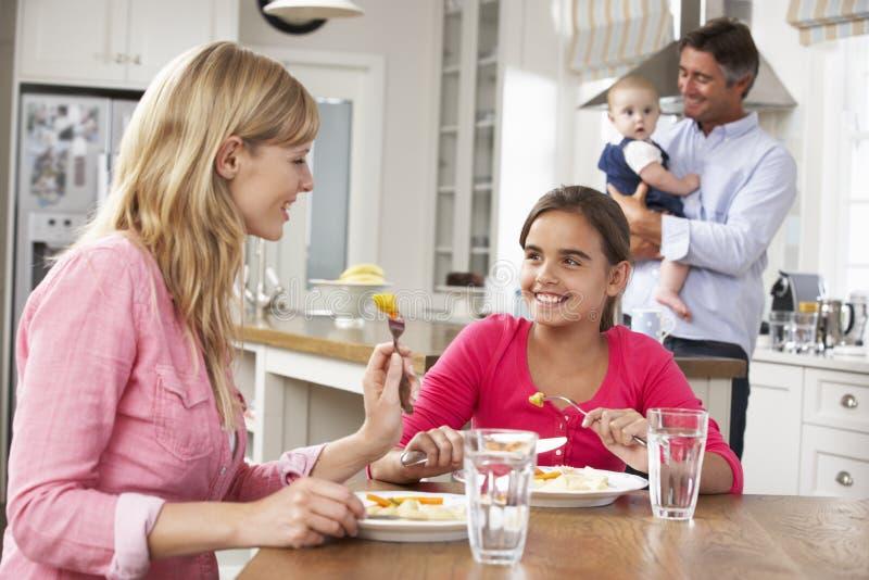 Familj som har mål i kök tillsammans royaltyfria bilder