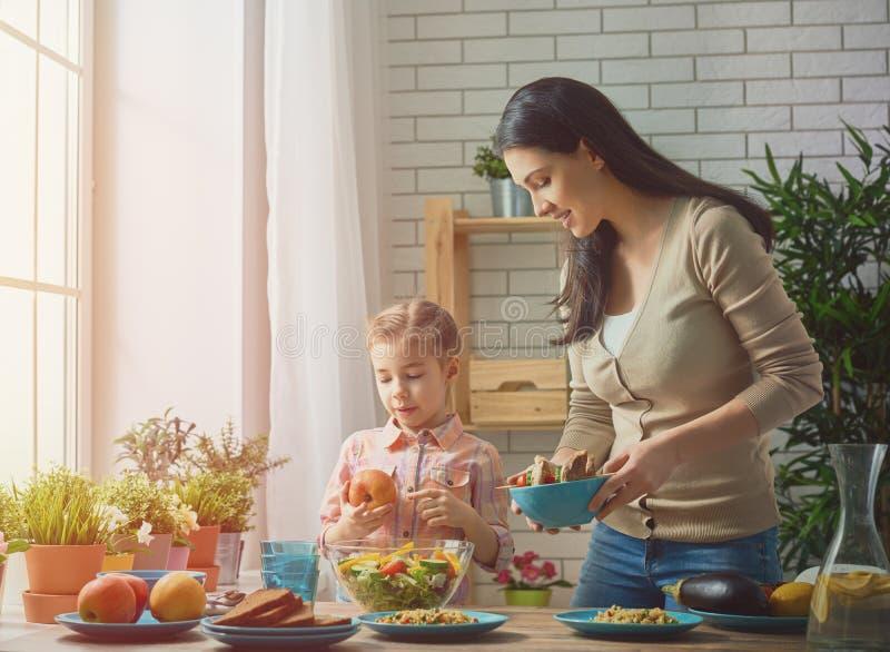 Familj som har matställe royaltyfri fotografi