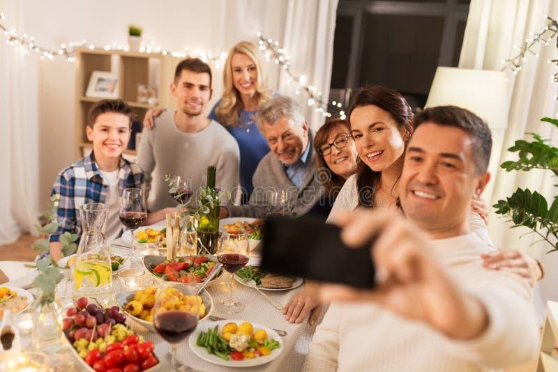 Familj som har matställepartiet och tar selfie fotografering för bildbyråer