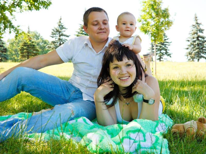 familj som har parkrest royaltyfri fotografi