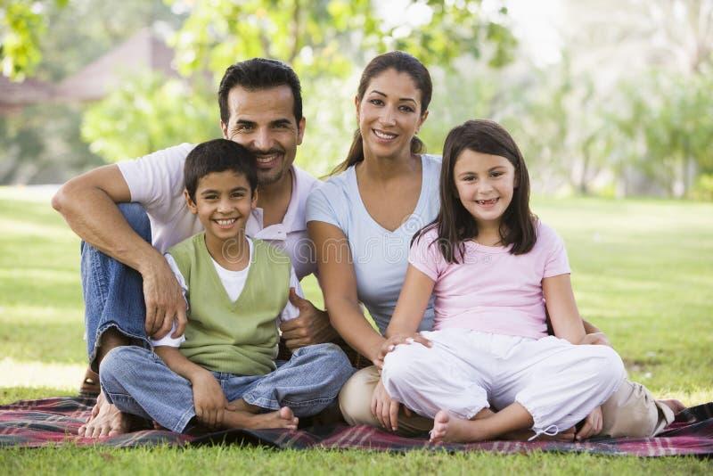 familj som har picknicken arkivbild