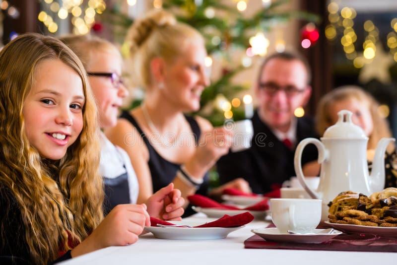 Familj som har traditionell julkaffetid arkivbild
