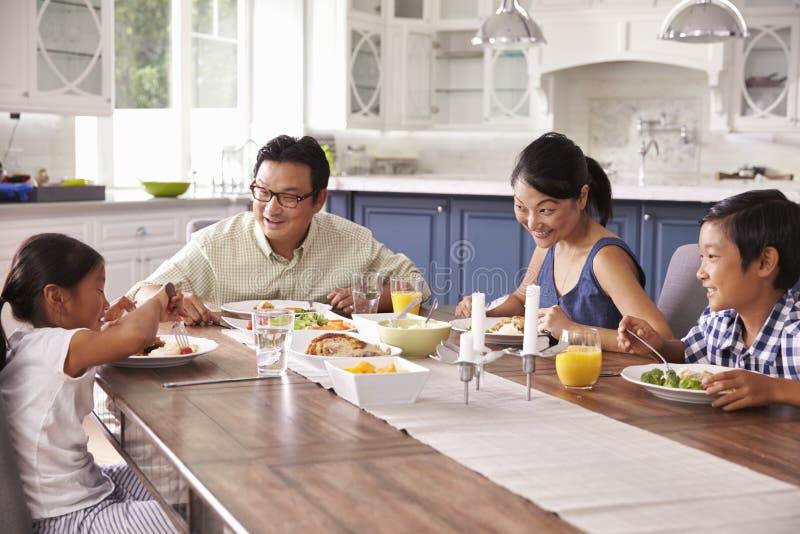 Familj som hemma äter mål tillsammans arkivbild