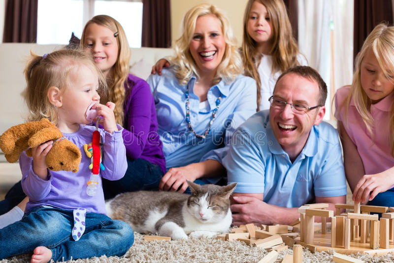 Familj som hemma leker arkivfoton