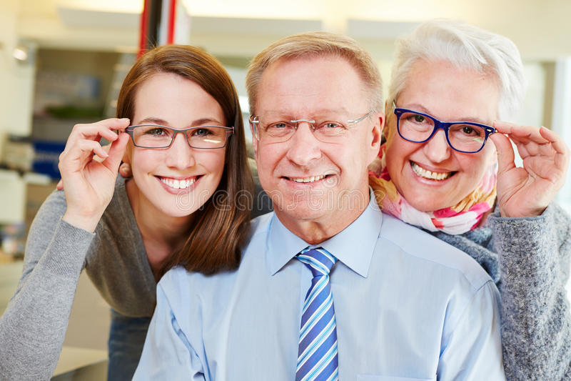 Familj som köper nya exponeringsglas på royaltyfri fotografi