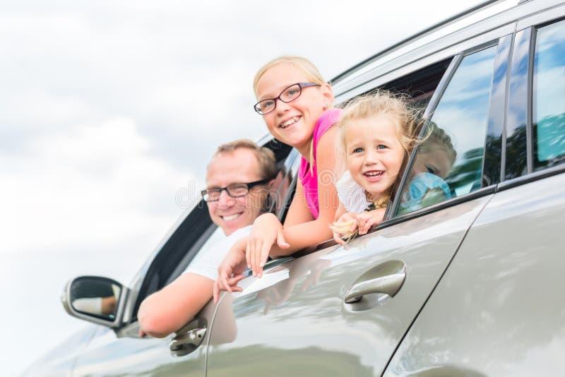 Familj som kör med bilen i sommarsemester fotografering för bildbyråer