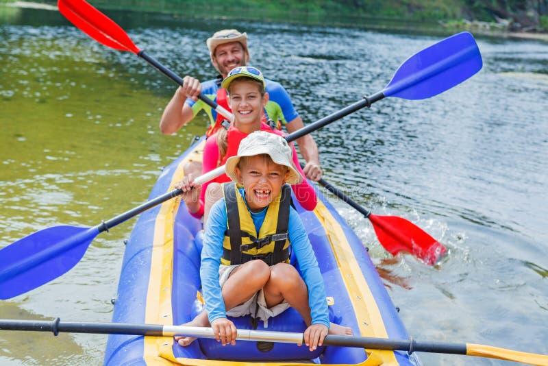 Familj som kayaking på floden arkivfoton