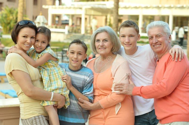 Familj som kopplar av på semesterorten royaltyfri bild