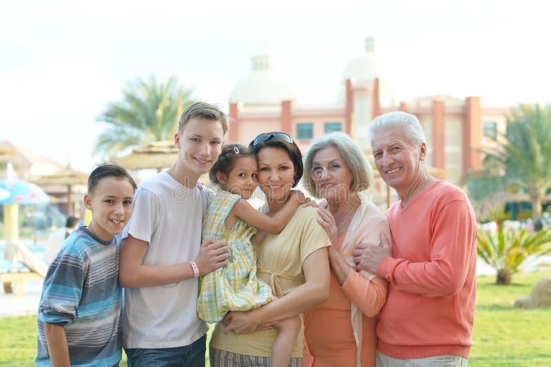 Familj som kopplar av på semesterorten royaltyfria bilder