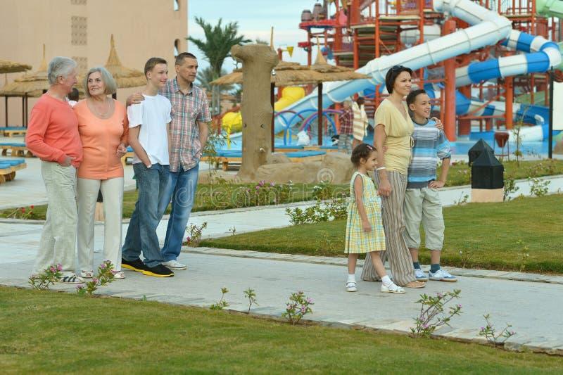 Familj som kopplar av på semesterorten royaltyfri foto