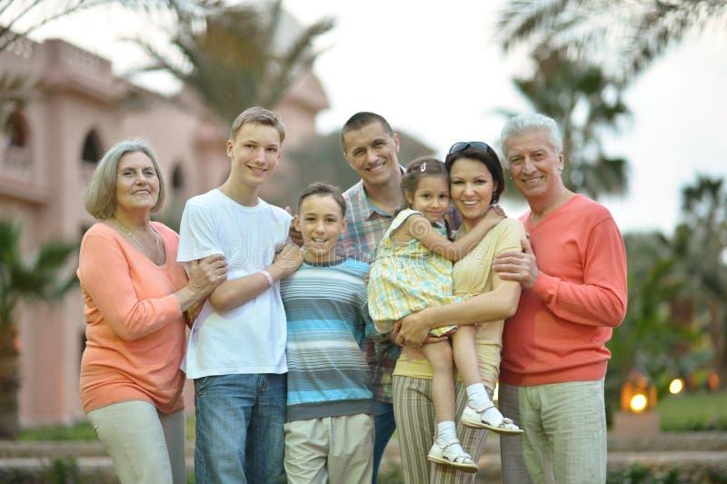 Familj som kopplar av på semesterorten royaltyfria foton