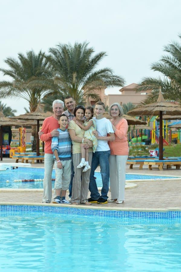 Familj som kopplar av på semesterorten arkivbilder