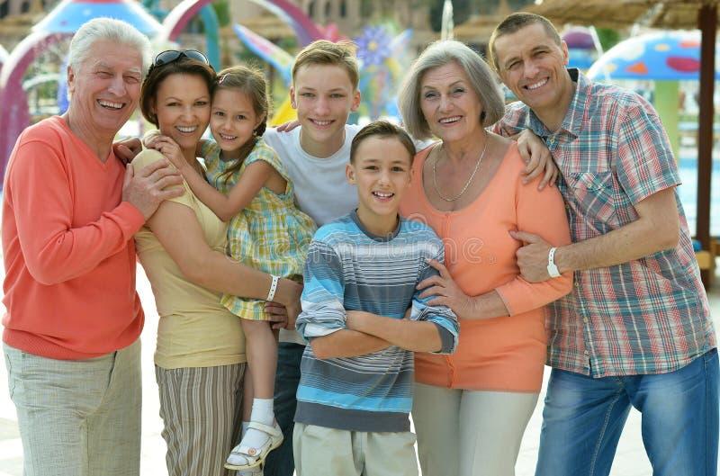 Familj som kopplar av på semestersemesterorten arkivfoton