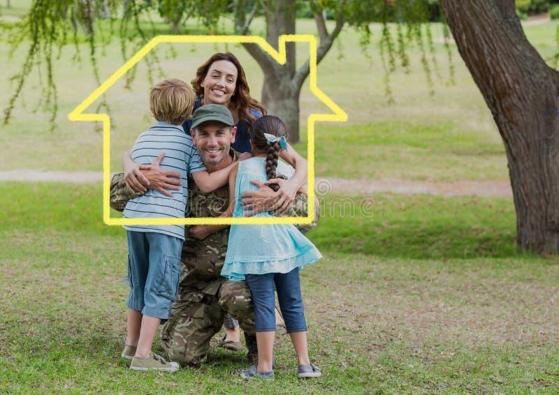 Familj som kramar sig i parkera mot husöversikt i bakgrund royaltyfri foto