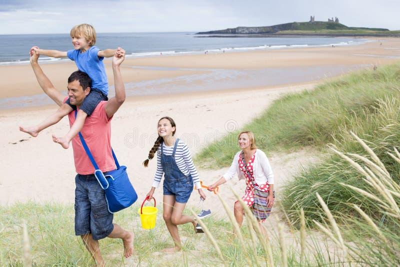 Familj som lämnar stranden arkivbild