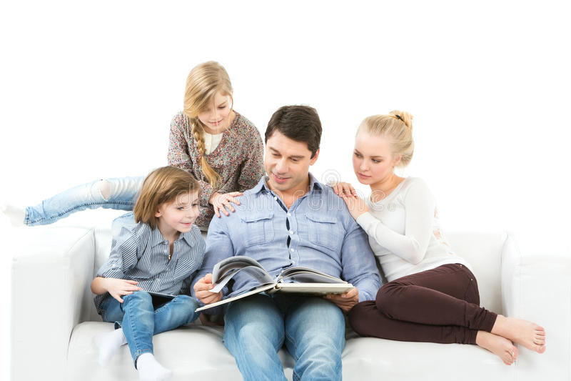 Familj som läser en isolerad bok på vit bakgrund royaltyfria bilder