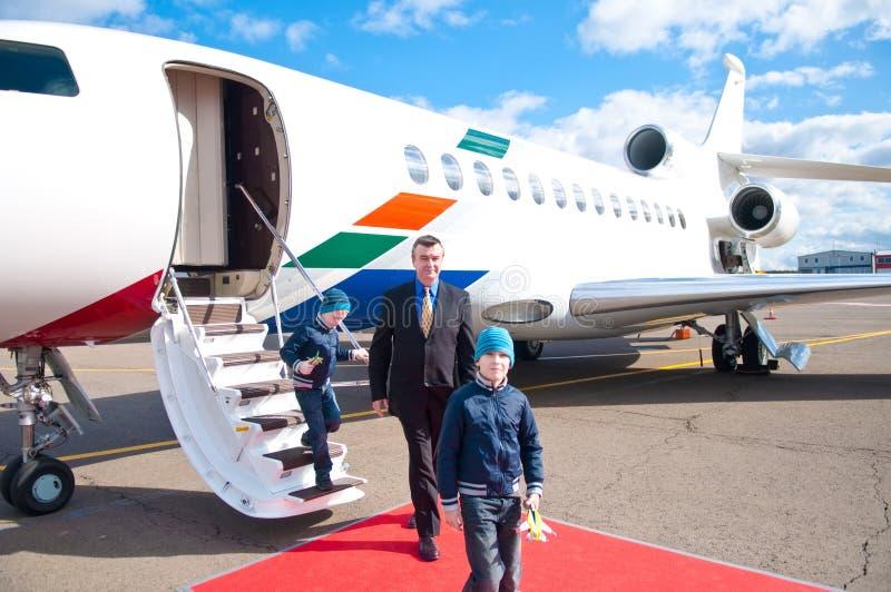 Familj som låter vara det kommersiella flygplan royaltyfria foton