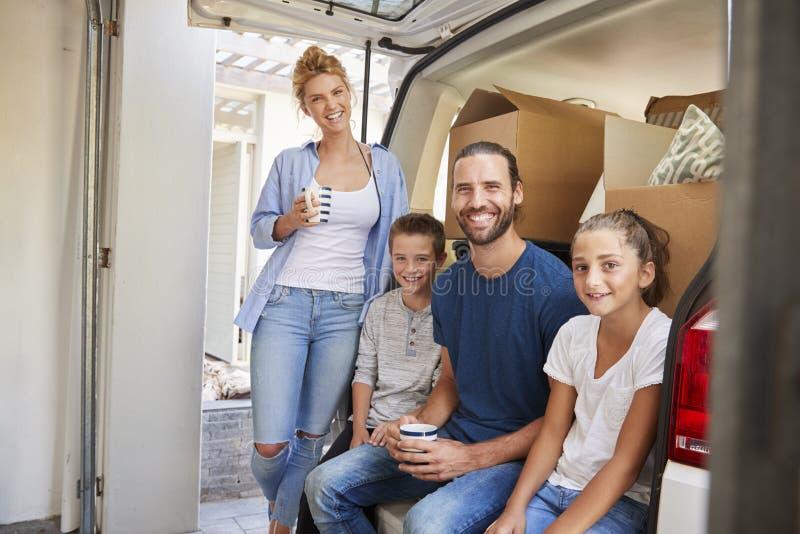 Familj som lastar av askar från borttagningslastbilen på rörande dag arkivbild