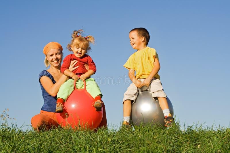 familj som leker utomhus fotografering för bildbyråer