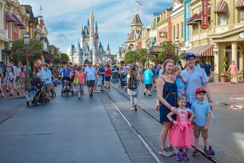 Familj som poserar för ett foto på Main Street i magiskt kungarike på Walt Disney World arkivbilder