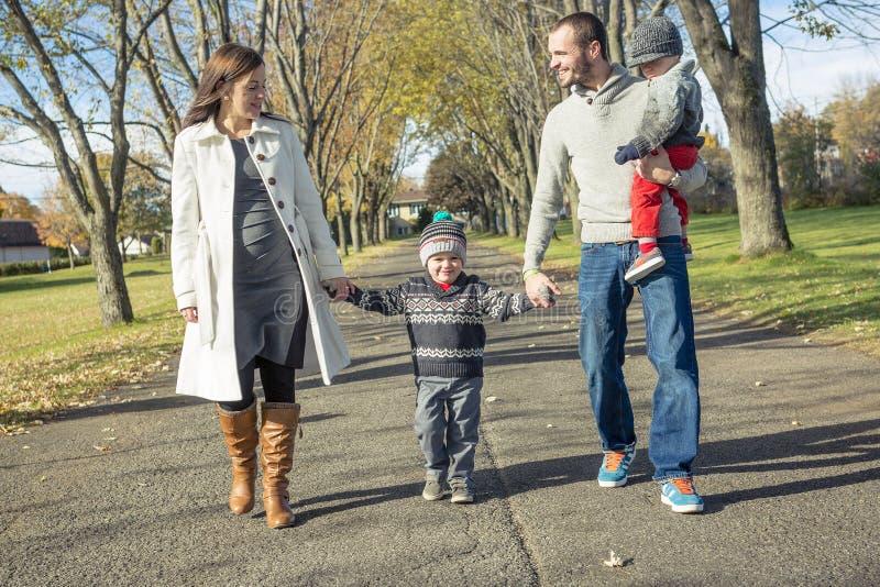 Familj som promenerar Autumn Path royaltyfria bilder