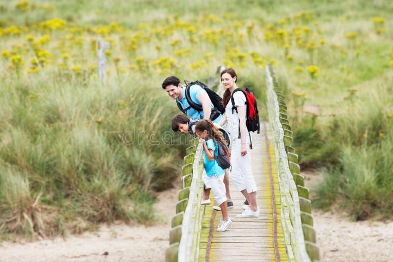 Familj som promenerar träbron fotografering för bildbyråer
