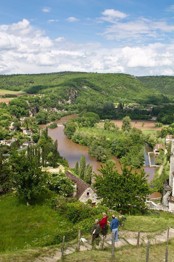 Familj som reser till flodlottkanjoner i bästa sikt för scenisk grön bygd i blå himmel, Frankrike royaltyfria foton