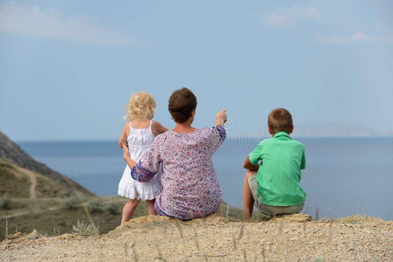 Familj som ser till havet royaltyfria bilder