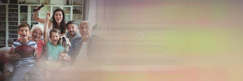 Familj som skrattar på soffan med övergång för rörelsesuddighet royaltyfria foton