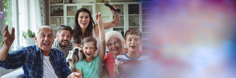 Familj som skrattar på soffan med oskarp purpurfärgad övergång arkivbilder