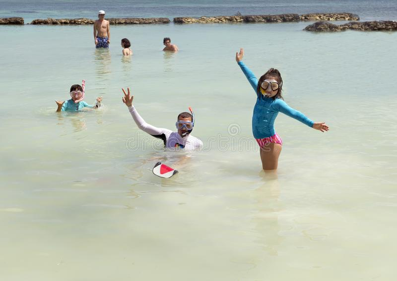 Familj som snorklar i Fatima Bay arkivfoto