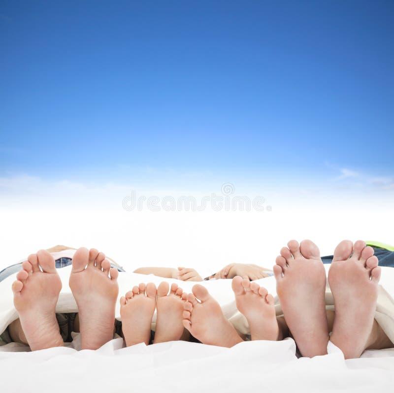 Familj som sover på sängen royaltyfri fotografi