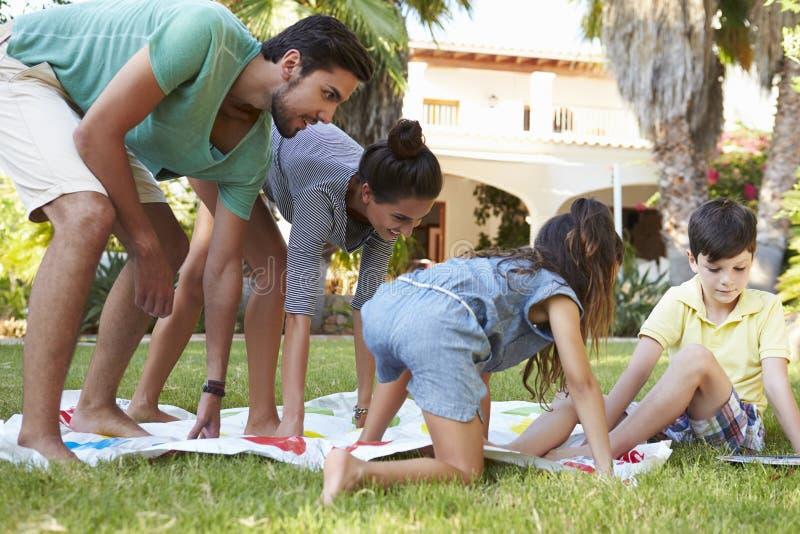 Familj som spelar balansera leken i trädgård arkivbild