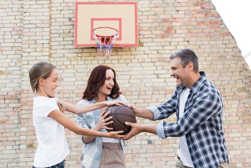 Familj som spelar basket royaltyfri fotografi